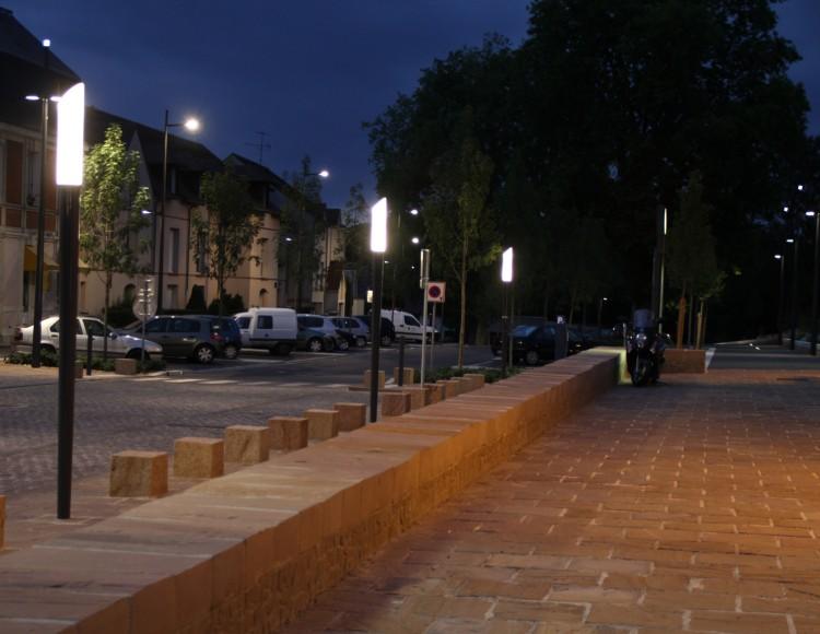 Vue nocturne de la place de la gare